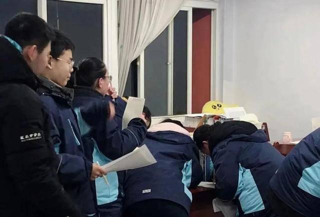 """寒夜里,老师带学生看工地忙碌:""""希望借此让孩子们体会父母不易"""""""