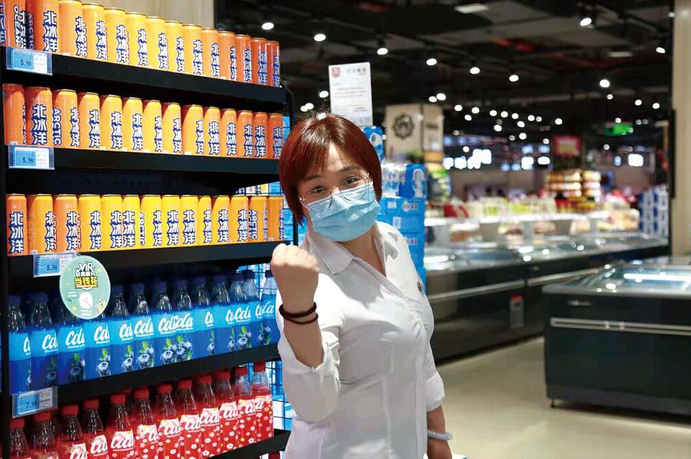 超市员工陈有霞 坚守门店做好服务 在哪过年都一样