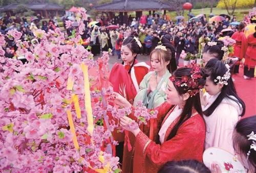 着汉服祭花神弘扬传统文化——连云港举行首届花朝节大型汉服巡游活动