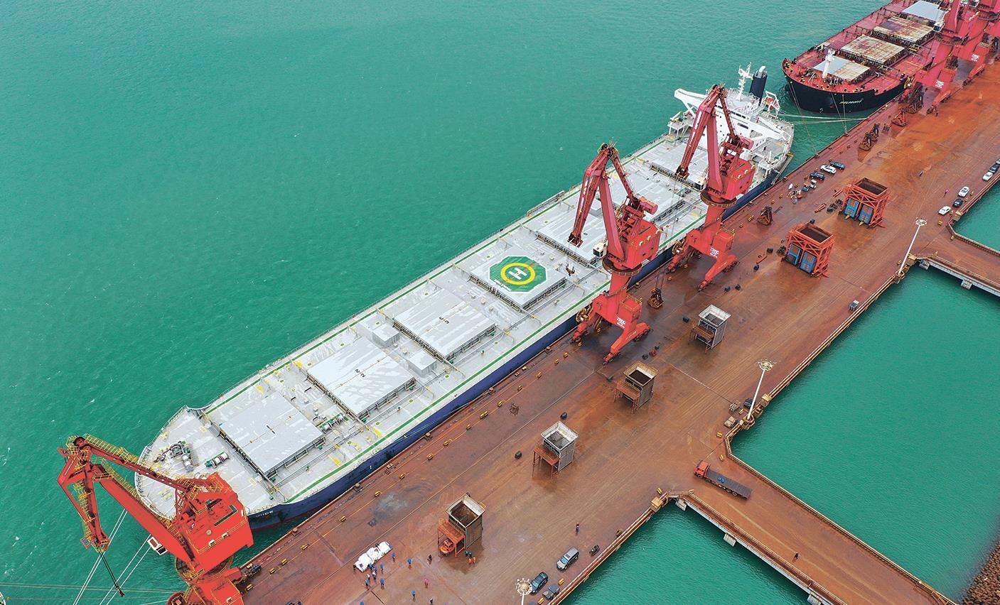 我国进口化肥最大船舶靠泊连云港港