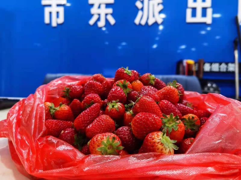 一袋草莓体现警民鱼水情