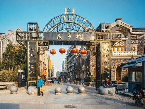 连云港市创业大集11日在海州区民主路老街举办