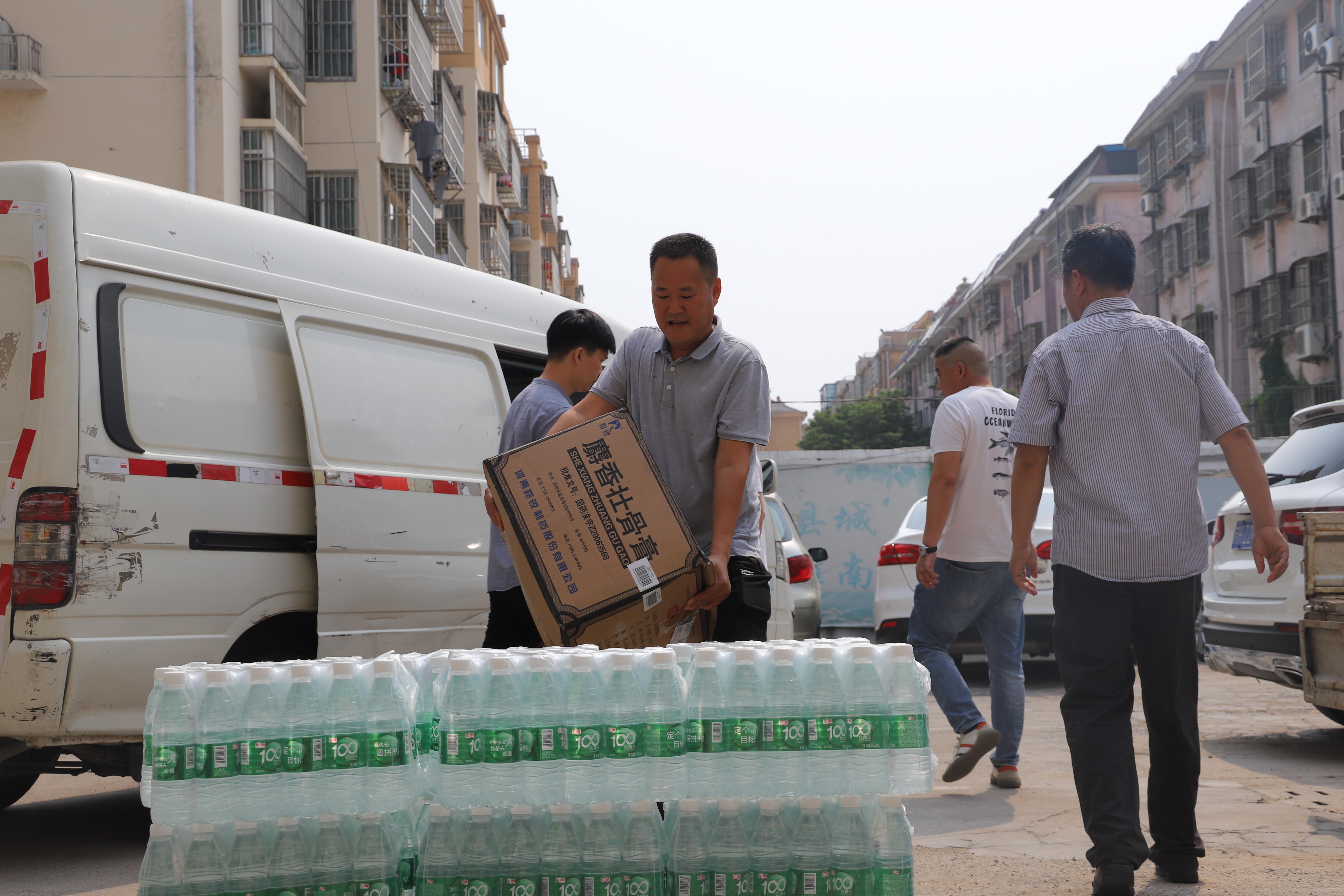 灌南:慰问环卫工  送来健康品