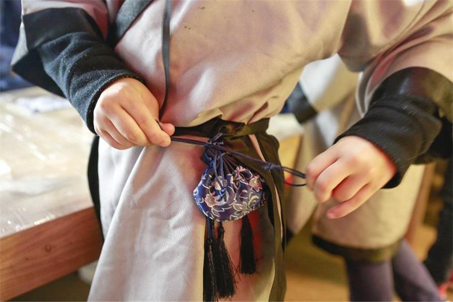 給孩子戴香囊驅蟲防病送祝愿