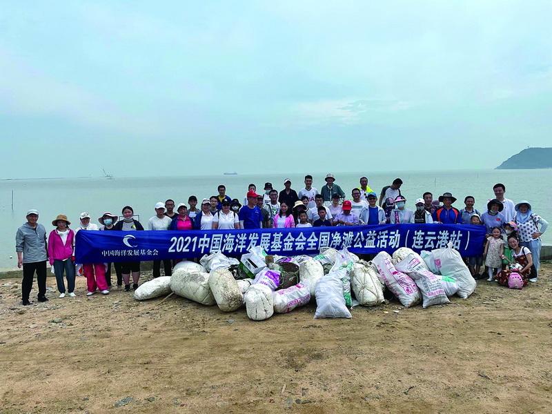 無懼酷暑清潔海岸志愿者攜手共護蔚藍海岸線