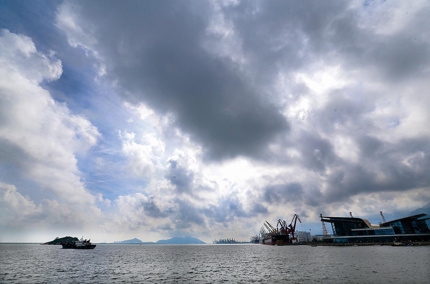 受臺風影響 連云港市區出現風雨天氣