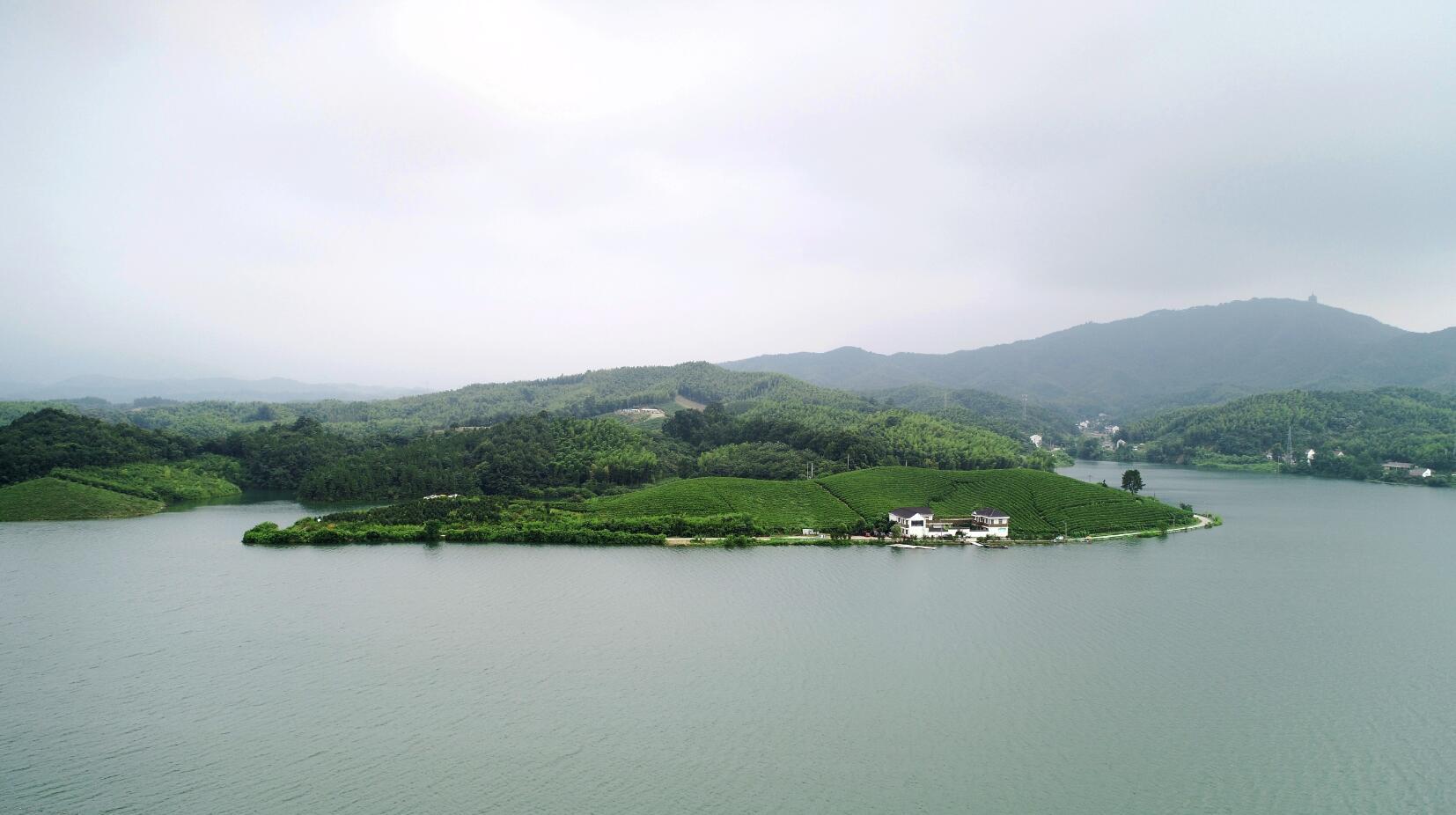 详情  7月7日,安徽省郎溪县南部山区的天子门水库湖光山色,风景如画.