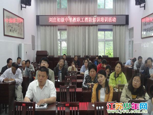 """大丰区刘庄初中:刘庄镇党政领导开展""""六一""""慰问活动"""