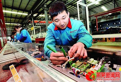 3月24日,在山东奔速电梯有限公司生产车间,工人正在加紧生产.