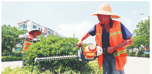园林工人在澳门永利娱乐场手机中度过端午节
